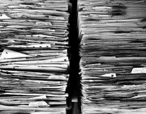 Dus deze stapel ongeorganiseerde papieren worden netjes opgeborgen in ordners.
